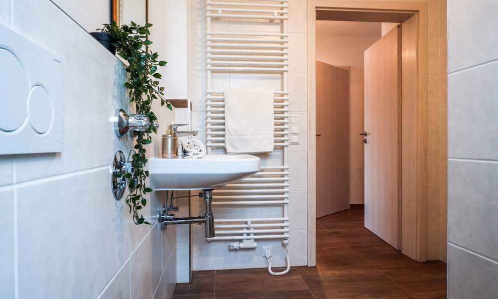 modernes Waschbecken mit heizbarem Handtuchhalter