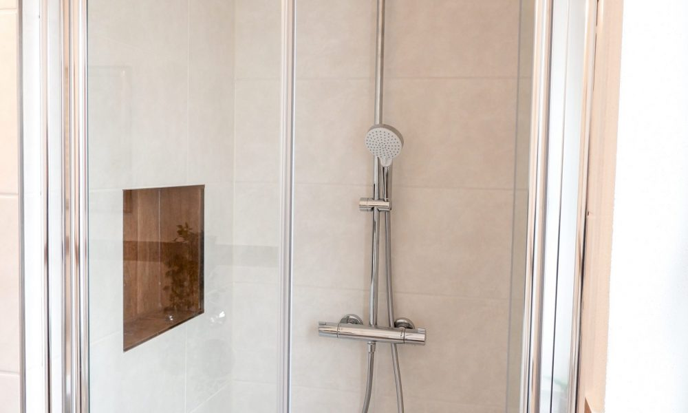 große Dusche mit Panoramabrause