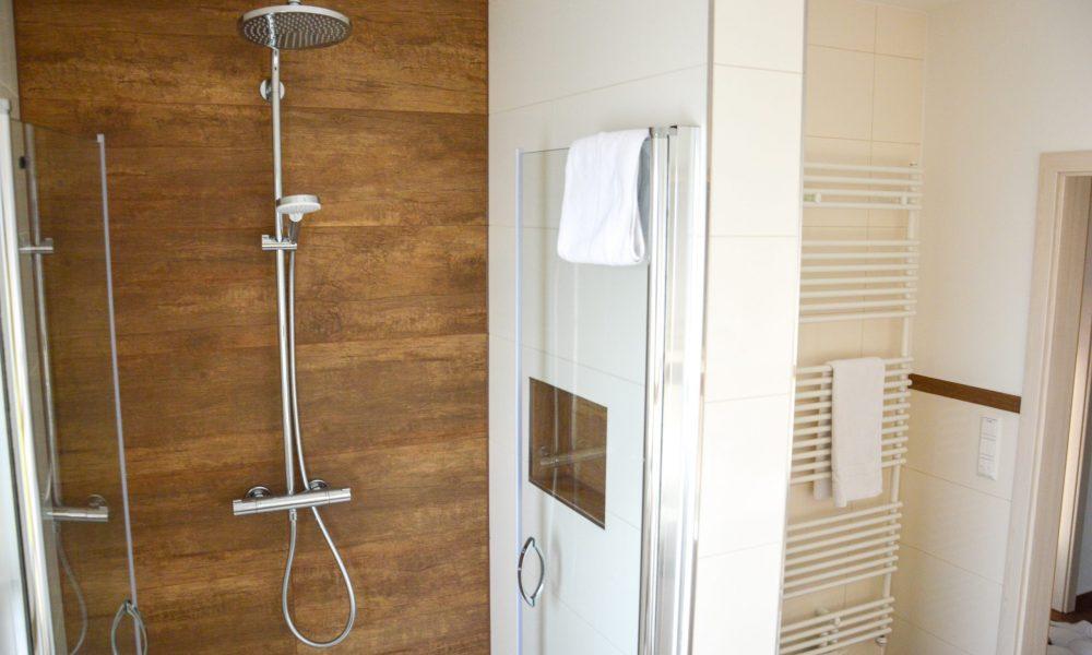 große ebenerdige Dusche mit Panoramabrause