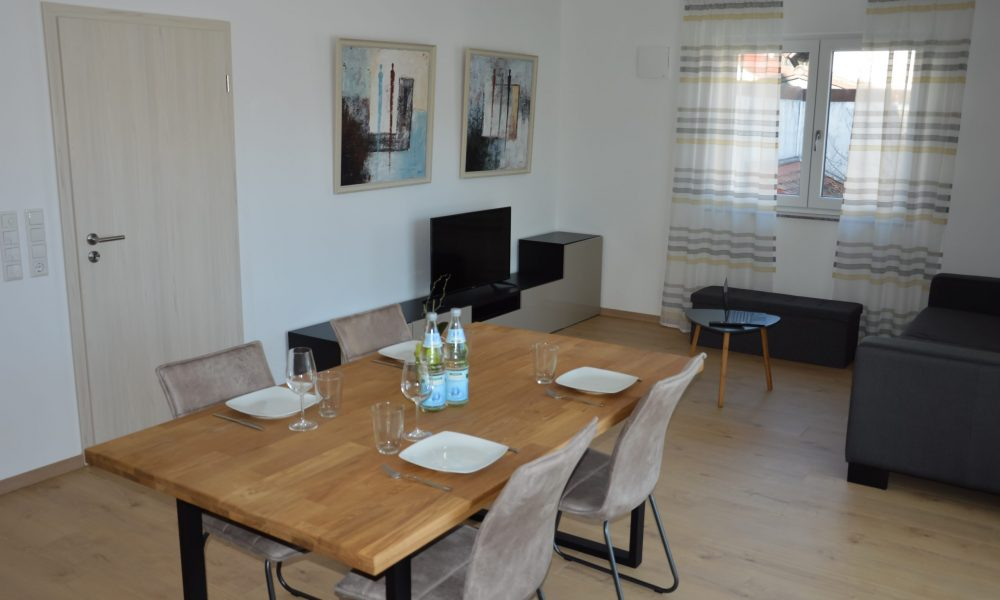 Wohnesszimmer & Küche - modernes Sideboard, Tisch mit Stühlen
