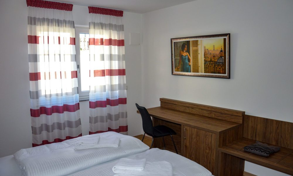 großes Schlafzimmer - Bettansicht mit Schreibtisch