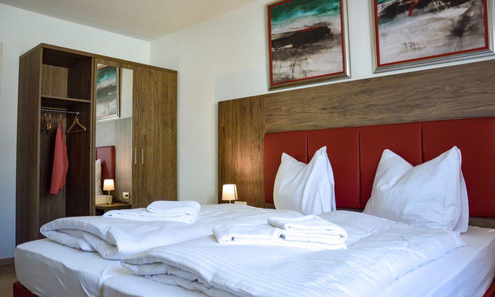 großes Schlafzimmer - Bettansicht mit Schrank