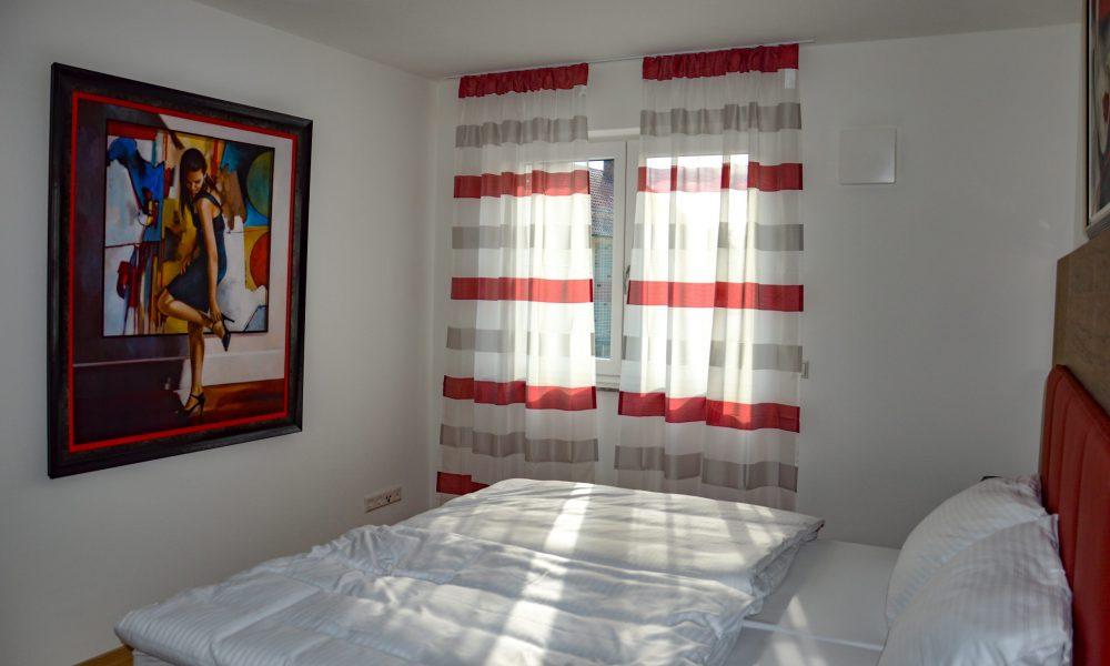 großes Schlafzimmer - Bettansicht mit Fenster und Südwand