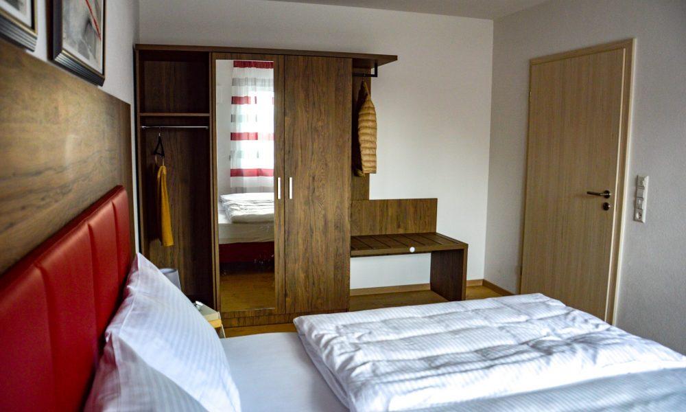 großes Schlafzimmer - Bettansicht mit Schrank und Türe