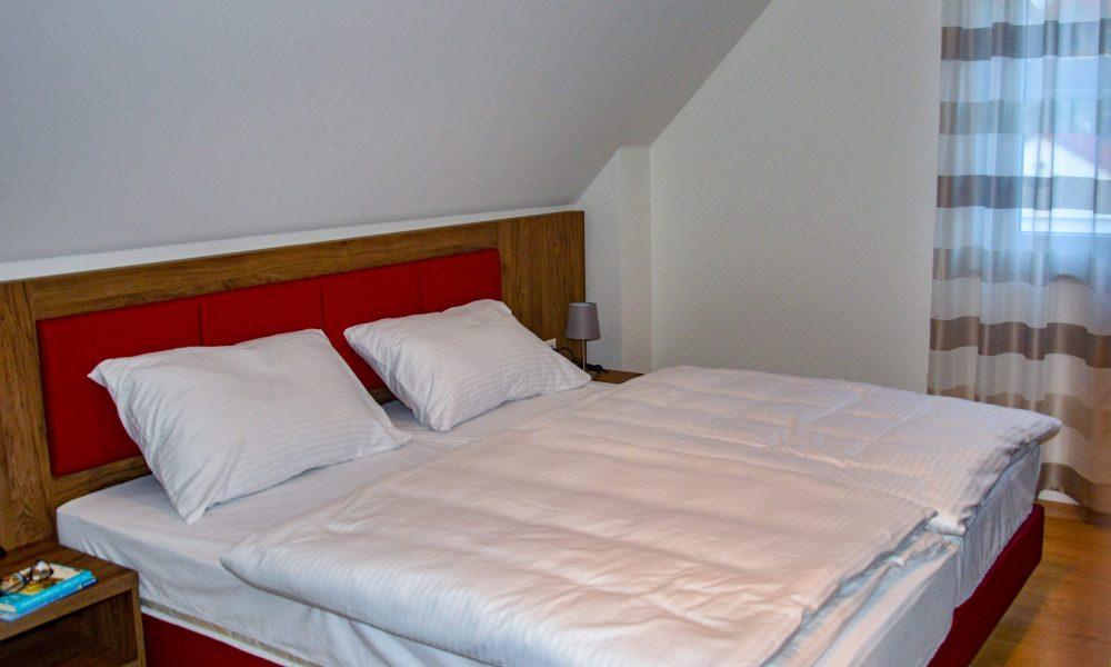 großes Schlafzimmer - Bettansicht mit Fenster von süden