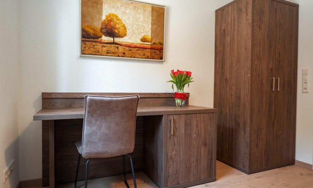 kleines Schlafzimmer - Schreibtisch mit Schrank