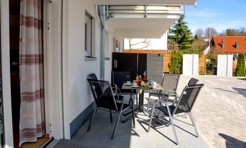 Terrassen Ansicht der Wohnung Donau mit Gartenmöbeln